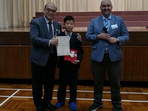 朱震東(中)在英語個人講故事比賽中奪得冠軍及英語團體說唱演講比賽奪得優勝獎。