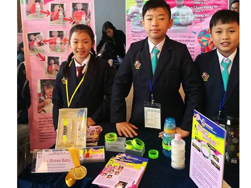 左起朱芳益、朱震東、黃禹,以嬰兒奶瓶溫度測量圈作品,奪得金獎、印尼國家頒發作品創意特別獎。
