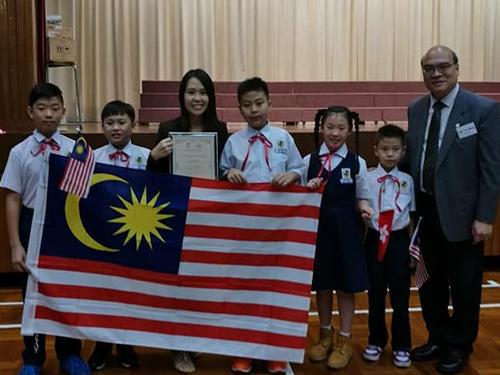 英語團體說唱比賽得獎學生與老師分享喜悅。
