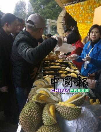 面對貓山王榴槤試吃和購買的人潮,工作人員忙得不可開交。