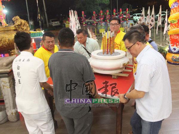 """青山侯王廟理事在廟前,舉行迎接""""白龍王""""儀式。"""