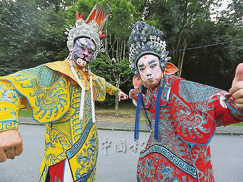 李濟成(左)和林保憲說,身上服裝和頭盔有5公斤。