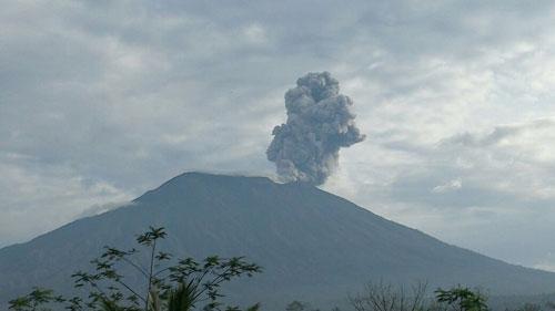 印尼減災署公佈的阿貢火山噴發的照片。(印尼檢察署推特)