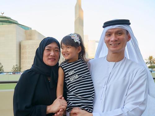 Paul(右)和太太女兒合照。