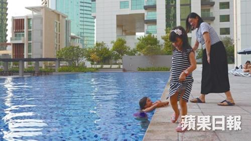 Paul的太太帶女兒到社區泳池游泳。