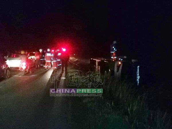 瓜拉雪蘭莪消拯員趕抵車禍現場,準備展開施援行動。