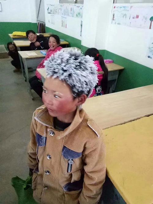 """早前,王福满因一张头顶、眉毛披满白雪的照片爆红,被称作""""冰花男孩""""。图:互联网"""