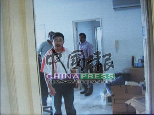 時任吉隆坡刑事調查組主任拿督邱震華親臨案發現場,監督下屬展開調查工作。