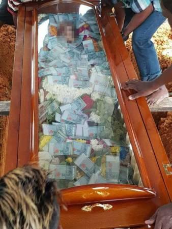 印裔老翁因病逝世,其兒子以600張50令吉的真鈔陪伴父親入土為安。(取自網絡)
