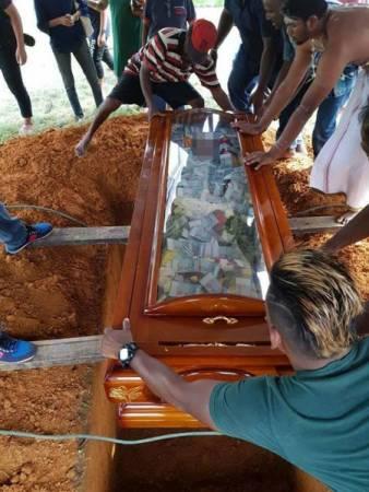 3萬令吉伴隨老翁風光大葬的照片,在社交媒體上瘋傳,引起網友議論。(取自網絡)