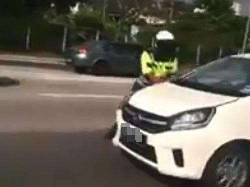 轎車一路逆向行駛,大道巡邏員試圖截停轎車司機。