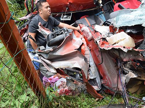 貨卡毀成廢鐵,傷者倒在車旁,嚴重受傷,傷者兒子在旁等候救援。