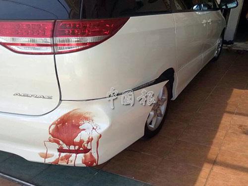 休旅車後面有死者血跡。