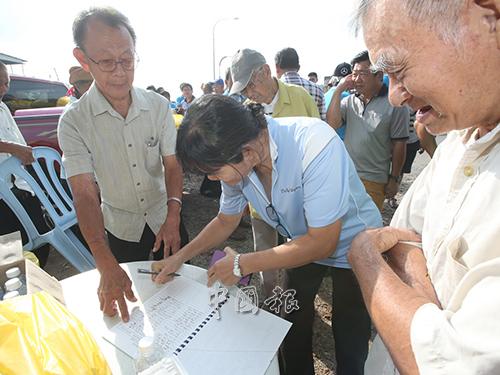 烏冷福建公會也在現場召集民眾的簽名。