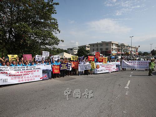 約百人高舉橫幅示威不滿有關當局在未開闢交替路口的情況下,將加影福建義山的出入口全面封鎖。