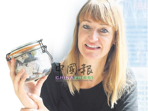 無論去到哪兒,貝亞強森總是隨身攜帶一個裝著一年垃圾的小玻璃罐,這裡頭是她從2016年10月至翌年10月丟棄的垃圾,其加州屋子裡就擺放了自2011年開始儲存的垃圾。至於它們最後會去到哪裡,她暫時也給不到一個明確的答案,然而卻讓世人明確瞭解零廢棄生活也是可行之道。