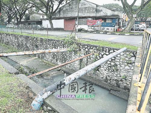 大溝渠深約10多尺,逢大雨溝渠水位可能高漲至八九尺高,萬一車輛墜入,后果不堪設想。