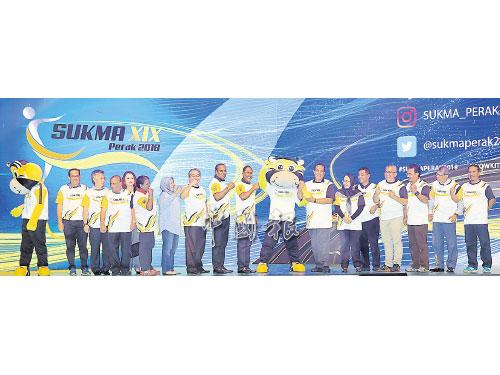 贊比里(右9)在眾貴賓的陪同下,為「2018年馬來西亞運動會」主持推介禮,右7起阿都布哈、吉祥物Chor、沙拉瓦南及嘉沙里等。