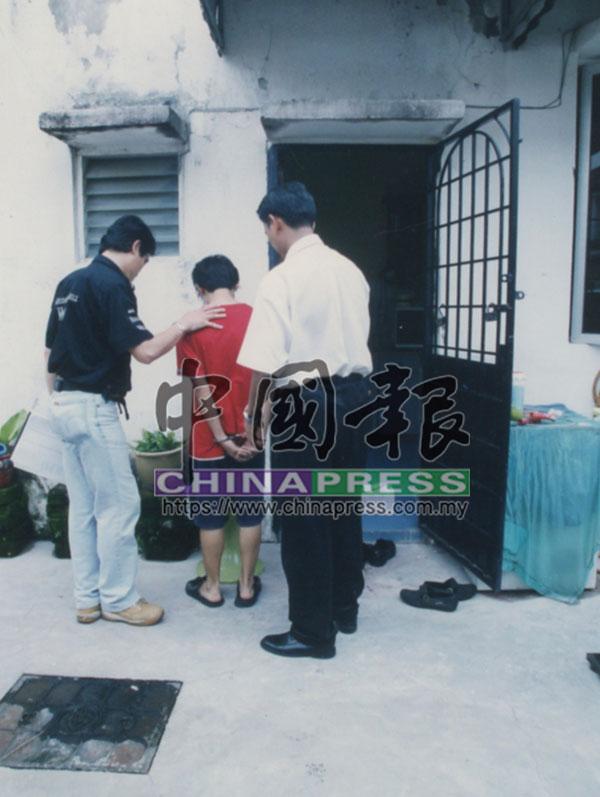 警方押其中1名嫌犯回到案發單位。