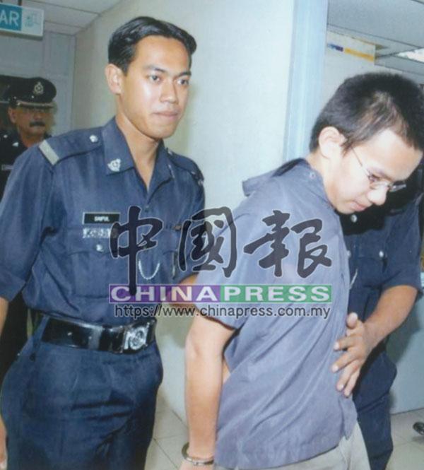 被告劉健文(譯音)被押往法庭接受審訊。