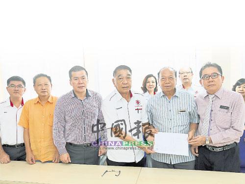 黃玉枝(右2)及李侑益(右)將申請脫離微型學校的信件移交給湯榮坤(右3),左起為張榮就、廖文智及陳偉后見證。