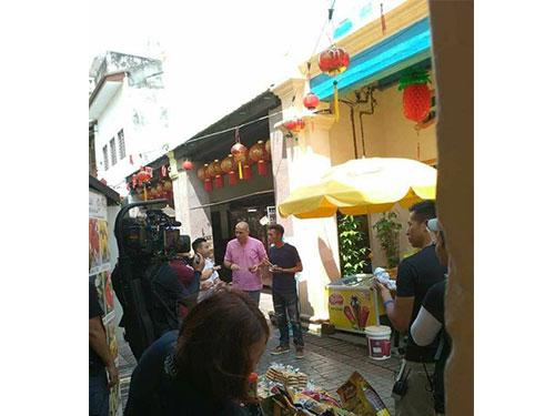 謝霆鋒現身二奶巷,與加拿大大廚David Rucco拍攝節目。