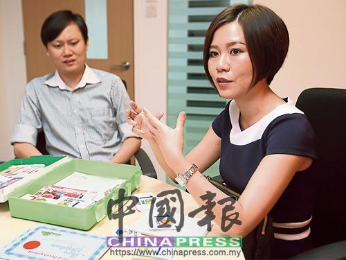 吳佩儀(右)分享兒童與青年理財教育的建議。旁為丈夫吳敬安。