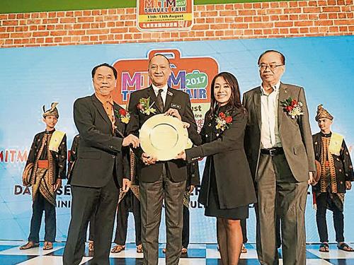 單子湋(右2)籌辦2017年馬來西亞國際旅游展,邀來旅游及文化部長拿督斯里納茲里(左2)站台;左為馬來西亞華人旅游業公會總會長拿督陳三順、右為行動黨武吉免登區國會議員方貴倫。
