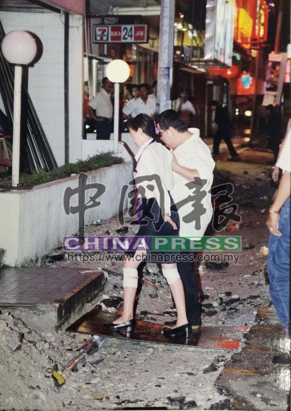 一名女侍應的腳部在混亂中被玻璃碎割傷。