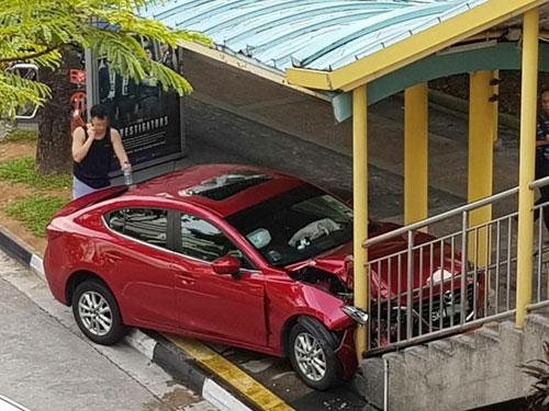 紅色轎車失控撞上行人天橋的階梯。