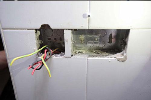 外孫搬家時,連家中的電插座都拆掉。