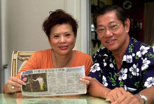 """當年黃娜""""失蹤""""期間,姚奕成主動懸賞1萬新元,希望有人幫忙把黃娜找回,旁為他的妻子蘇麗卿。"""