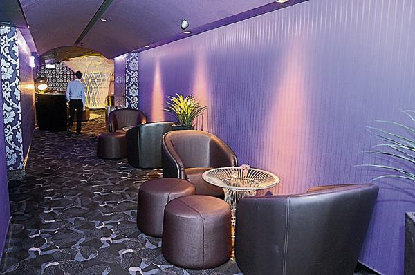 走進INDULGE專屬休息室,氛圍令人感到格外舒適優雅。