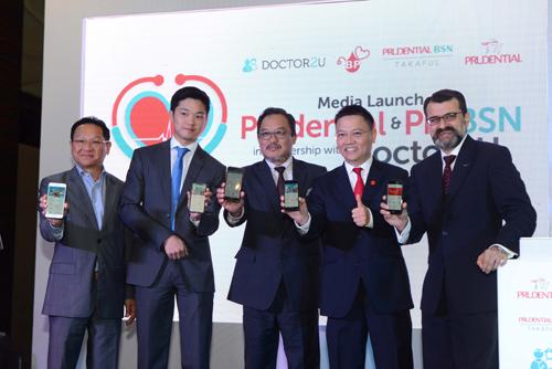 馬俊全(左起)、馬彥順、拉薩、黃添榮和阿米爾,展示Doctor2U相關應用程式