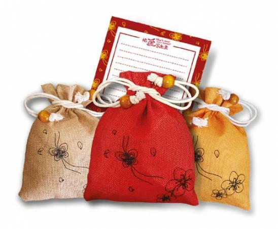Julie's Love Letters今年送出的精美小福袋,共有3種顏色,每個小福袋內備有紙卡,供大家對身邊的人寫下感恩與祝福的話。
