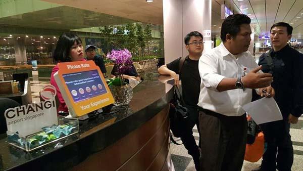 工作人員向乘客解釋,他們的行李的確還在第三搭客大廈。(取自劉財義面子書)