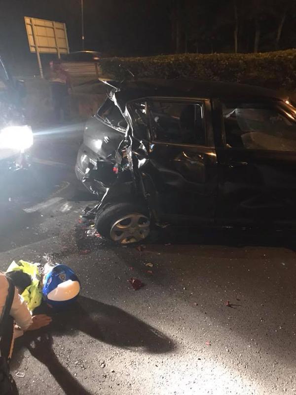 轎車車後被撞至毀損,而肇禍轎車車頭則毀不成形。