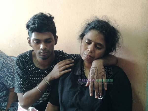 死者母亲(右)周二(16日)因伤心过度无法受访,需由死者哥哥在旁安抚。