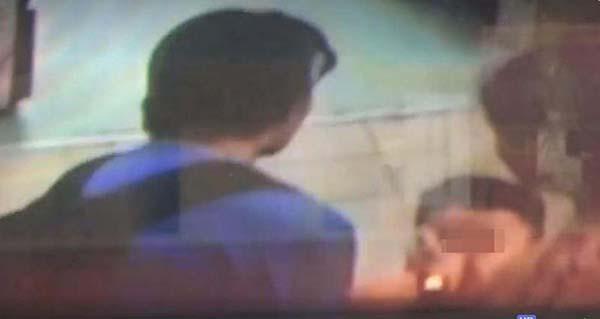 文身漢罵了男童幾句後,用力以左手掌摑男童一巴掌。(視頻截圖)