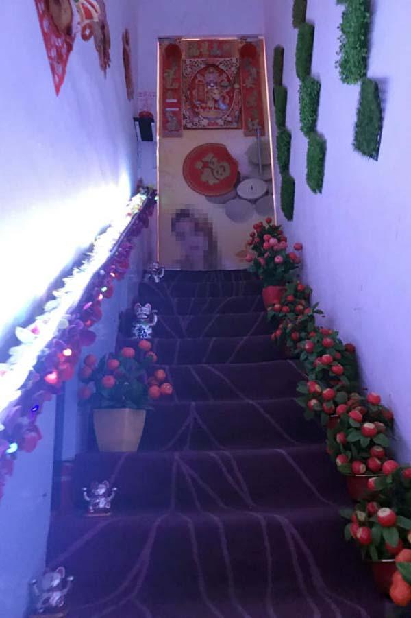 通往2樓美容院的樓梯間佈置鋪張。