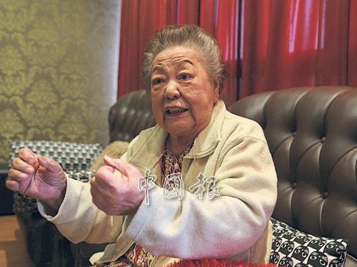 在聊起新年的陳年舊事,黎明姨時而緊張時而歡樂,聽她說故事,就像追看她演的戲那樣逗趣、肉緊。