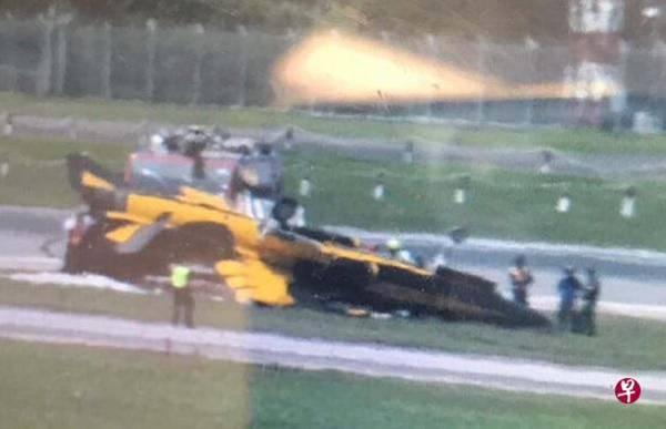 飛機準備起飛時,失控打滑並失火。