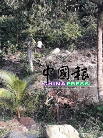 消拯人員傍晚進山,直到入夜仍未偵測到兩人位置。