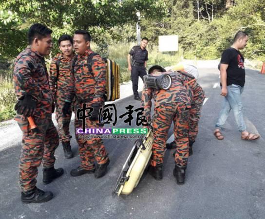 消拯人員準備好配備,準備進山尋找傷者。