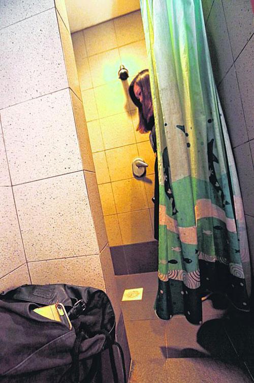 王益傑在廁所內裝置壁鉤造型攝影機偷拍。(示意照)