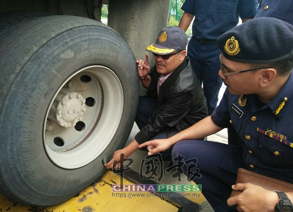 旺阿末乌兹尔(左)检查红泥罗厘状况时,惊见轮胎花纹被磨平,后轮轮胎更被捅破,罗厘竟还在路上行驶。