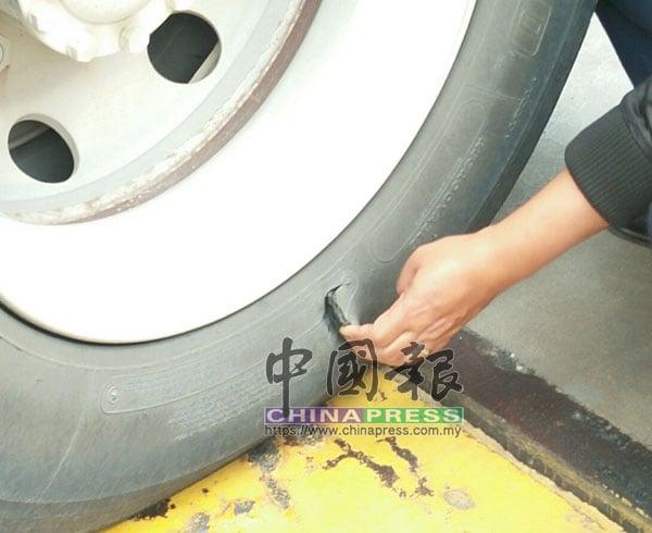 罗厘轮胎出现一个可容纳3至4根手指的裂口。