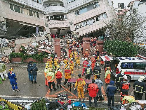 救人員周四在雲門翠堤大樓持續展開搜尋工作。(歐新社)