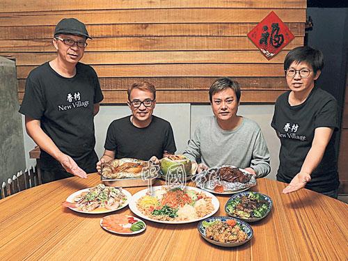 香村(New Village)老闆蕭良建(左二)和梁迪勛(右二)表示,不僅餐廳主廚(左)曾於香港任廚,餐廳經理(右)也擁有三十多年於新加坡擔任主廚的經驗。