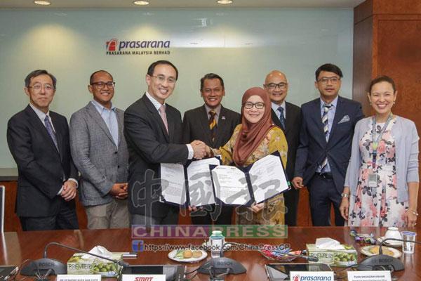 大馬基建公司和新加坡捷運進行簽署儀式。